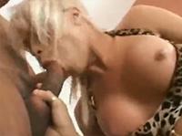 Blonde Transe steht auf Blowjob