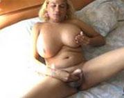 Mollige Transe masturbiert vor der Kamera