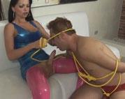 Domina Ladyboy züchtigt ihren Sexsklaven