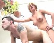 Ein Kerl wird von einer heißen Transe in den Arsch gefickt