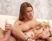 Shemale Schlampe rubbelt beim Oralsex