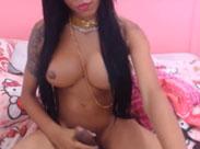 Einsame Latina Pimmelfrau masturbiert vor Webcam