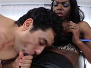 Geile Ebony Transe bekommt Blowjob